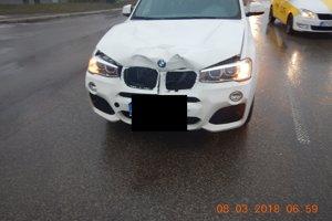 Auto, ktoré do žien narazilo.