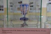 Svadobná čaša E. M. Šoltésovej, vyrobená v dolnobzovskej sklárni v 19. storočí.