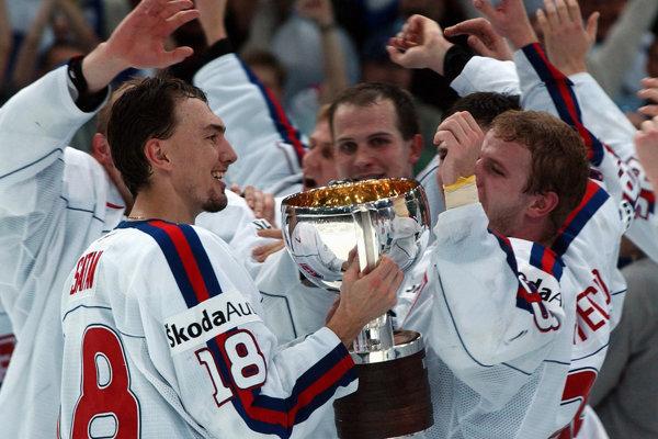 Slovenskí hokejisti sa radujú z titulu na MS v hokeji 2002.