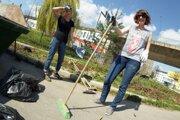 Dobrovoľničky počas akcie Vyčistime si naše mesto.