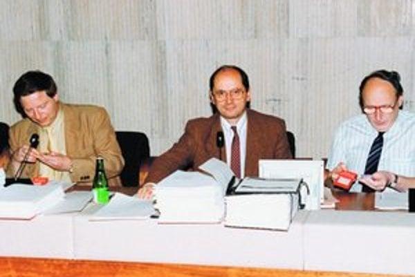 Predsedníctvo slovenskej vlády v roku 1992. Zľava Martin Porubjak, Ján Čarnogurský a Anton Vavro.