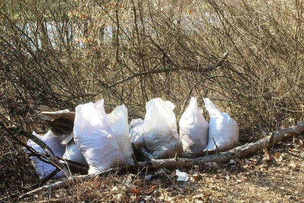 Tieto vrecia s podstieľkou zo zajačieho chovu niekto pred pár dňami nanosil do blízkosti vodárničky v Iliaši.