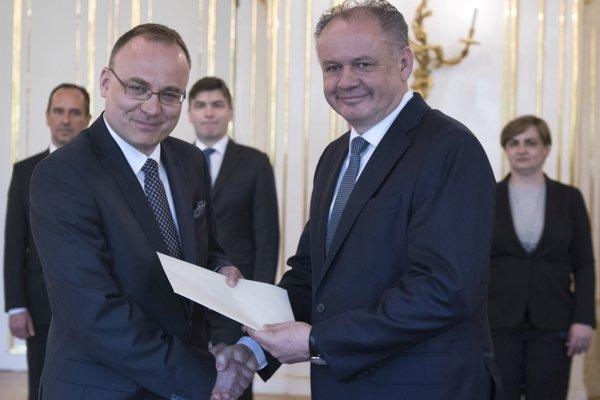 vpravo prezident SR Andrej Kiska a vľavo veľvyslanec SR Marek Lisánsky (Svätá stolica, Vatikán) počas odovzdávania poverovacích listín dezignovaným veľvyslancom.