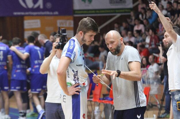 Peter Porubský počúva rady trénera Mareka Kardoša.