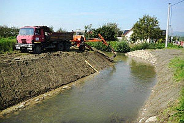 Nejaké práce realizovali na potoku vodohospodári už minulý rok.