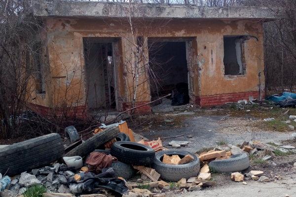 Nelegálna skládka trápi mesto Senica už viacero rokov.