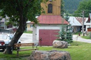 V obci sa zachovali aj pôvodné kamene, ktoré slúžili na pletenie povrazov.