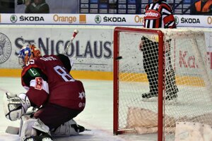 Lotyšský brankár Kristers Gudlevskis inkasuje gól od Martina Fehérváryho.