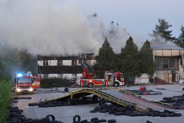 Požiar mali hasiči pod kontrolou až neskoro večer.