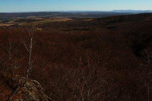 Zasnežené ukrajinské vrchy na horizonte z Hermanovských skál.