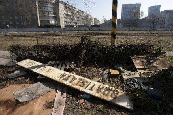 Zanedbaná stodola na hlavnej stanici v Bratislave je verným obrazom toho, aké postavenie majú železnice v živote našich  politikov a úradníkov.