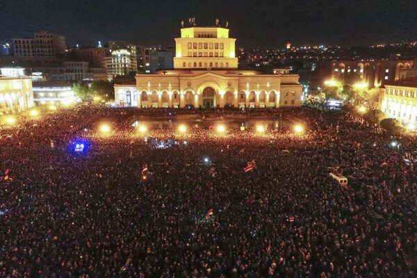 Nedeľňajší masový protest v Jerevane proti vláde exprezidenta Serža Sarkisjana.