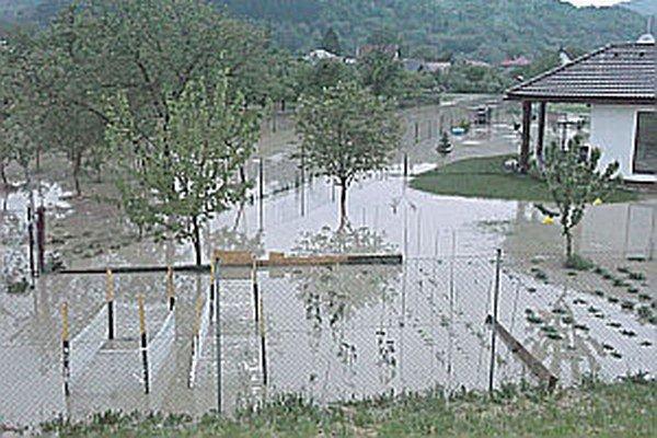 Voda zaplavila polia aj záhrady.