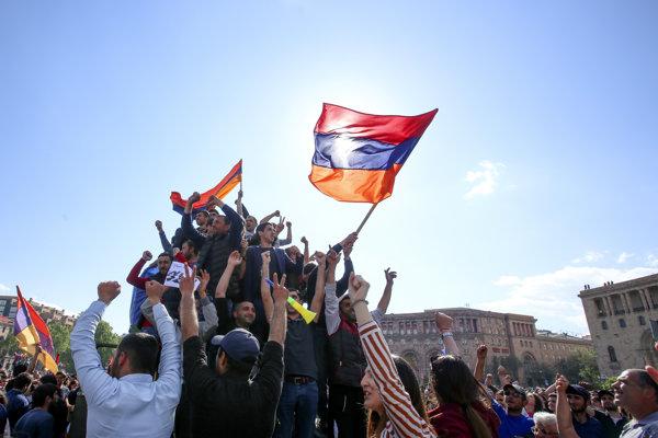 Arménci oslavujú úspech protestov po rezignácii premiéra.