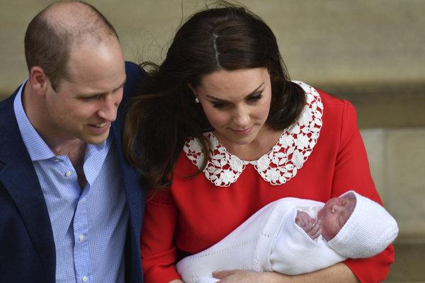 Britský princ William a  vojvodkyňa Kate spolu s ich tretím potomkom opúšťajú nemocnicu.
