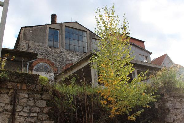 Továreň na chemické spracovanie dreva v Horných Orešanoch.