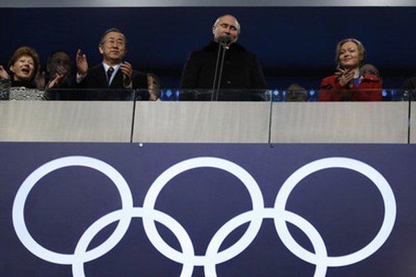 Vladimír Putin (v strede) na otvorení olympiády.