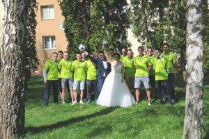 Mladomanželom asistoval na fotografii celý tím.