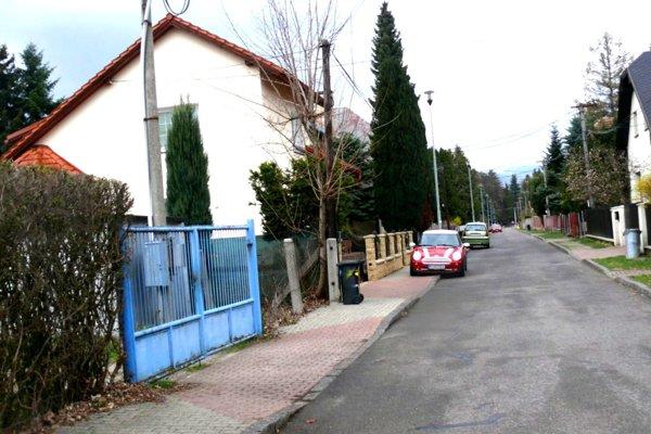 Obyvatelia Mojmírovej ulice majú problém sparkovaním. Pre úzku cestu ichodníky.