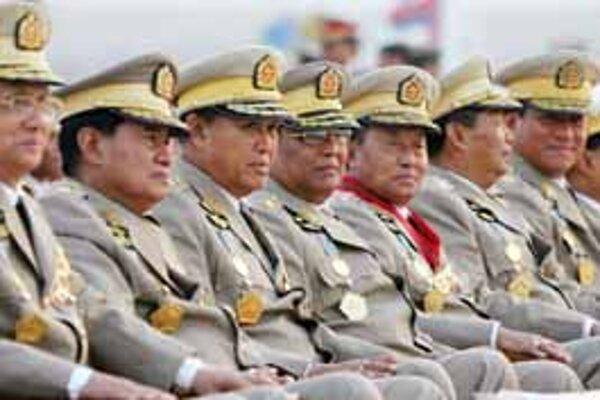 Burmskí lídri pri vojenskej paráde v novej metropole Naypyidaw, ktorú stavajú v džungli.