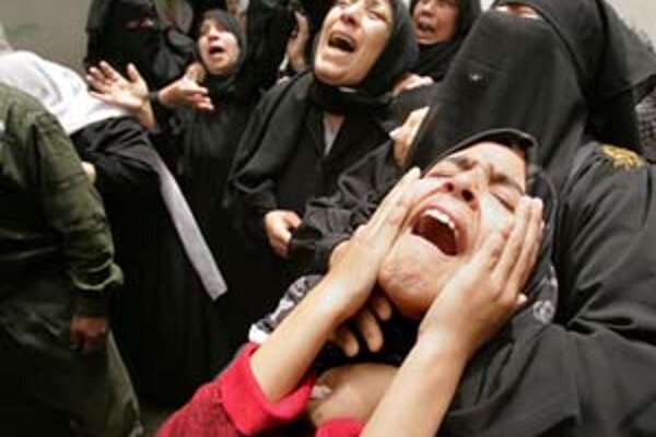 Príbuzní plačú na pohrebe člena Hamasu v Gaze.