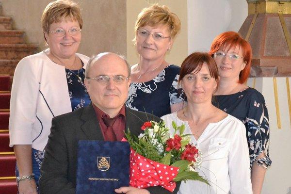 Šéf laboratória klinickej biochémie levickej nemocnice Ivan Kubala so svojimi kolegyňami na odovzdávaní ocenení.