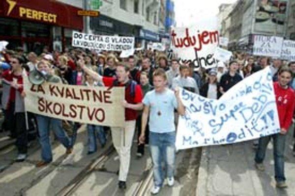 V roku 2005 študenti demonštrovali za kvalitnejšie školstvo.