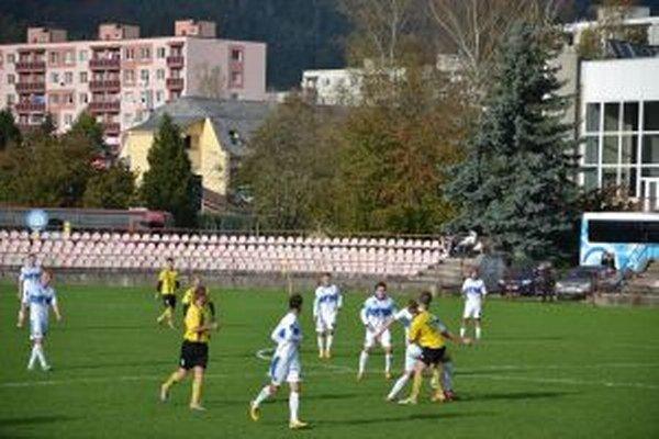 Púchovčania (v bielom) sa po remíze vo Vrbovom opäť predstavia na pôde súpera.