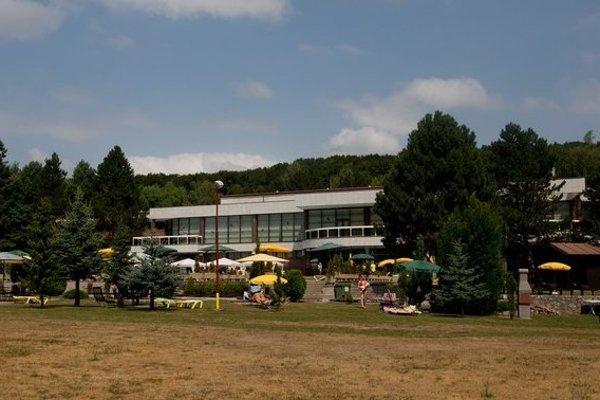 Do roku 2010 bol komplex na samote v Malých Karpatoch prístupný len pre poslancov.