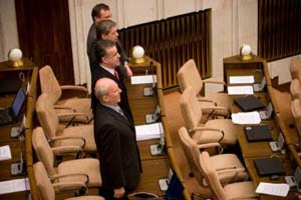 Poslanci Mikloško, Palko, Bauer a Minárik zaspievali na protest slovenskú hymnu.