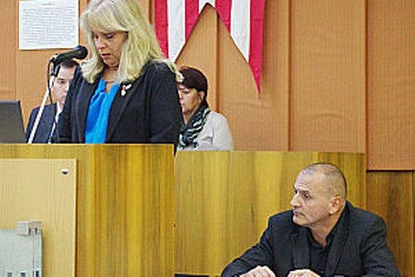 Návrh predkladala Katarína Drevenáková. Vpravo kontrolór Marián Sičák.