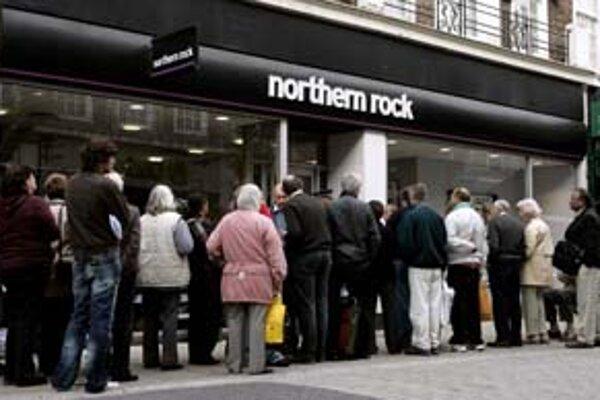 Rok 2007, Veľká Británia. Vystrašení klienti čakajú pred problémovou bankou.
