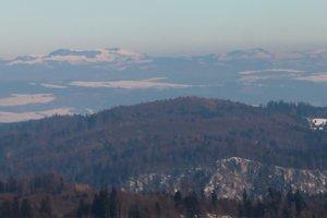 Najvyššie partie Levočských vrchov, v popredí ešte rokliny a planiny severnej časti Raja.