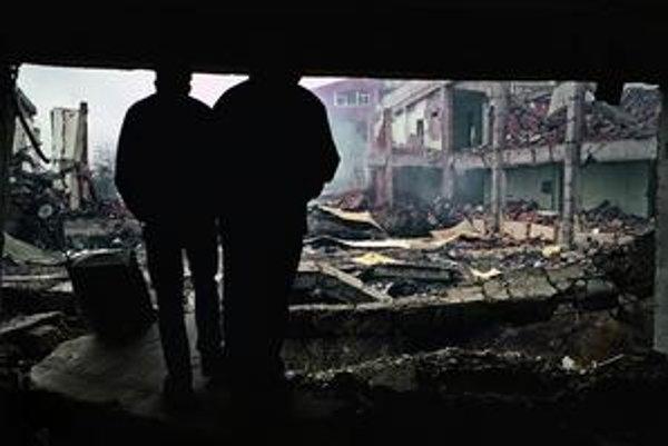 Po nálete. Kasárne niekdajšej juhoslovanskej armády zničené náletmi NATO. Priština, jún 1999.