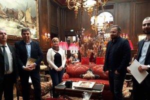 Členovia občianskeho združenia Sacher v rovnomennom hoteli vo Viedni.