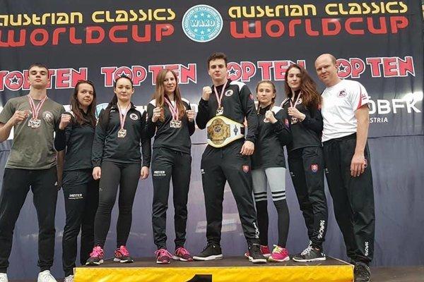 Úspešní zverenci J. Kolozsyho (úplne vpravo).