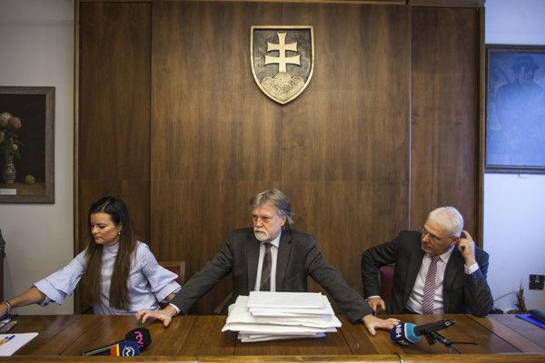 Sprava Karol Farkašovský, predseda Výboru NRSR pre kultúru a médiá Dušan Jarjabek a tajomníčka výboru.