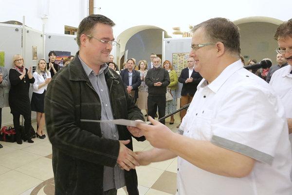 Ocenenie preberá Michal Lašut (vľavo).