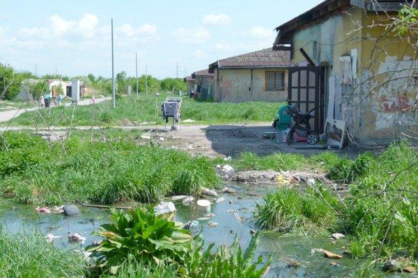 """Odpadová voda pretiekla zo septikov. V okolí domov sú takéto zapáchajúce """"jazierka""""."""