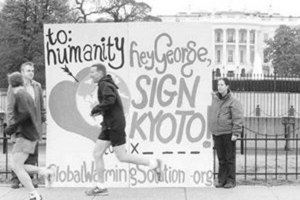 Demonštranti vo Washingtone žiadajú, aby Spojené štáty podpísali Kjótsky protokol.