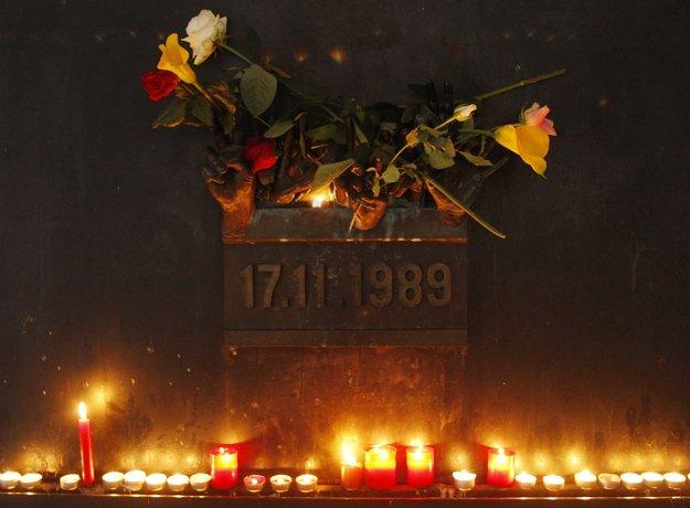 Kvety a sviečky pri pamätníku Nežnej revolúcie ako spomienka na Václava Havla. Foto: TASR/AP