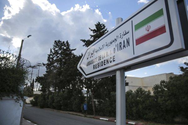 Na snímke informačná tabuľa vedúca k iránskemu veľvyslanectvu v marockom Rabate.