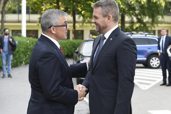 Predseda vlády SR Peter Pellegrini a prezident U. S. Steel Košice Scott Buckiso.
