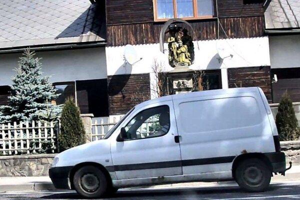 V Sedliackej Dubovej Brezňana v bielom pick-upe zachytili kamery.