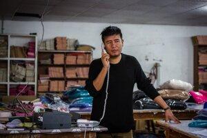 Nitesh Gurung je riadiacim pracovníkom továrne, na starosti má komunikáciu s odberateľmi. Okrem Slovenska vyrábajú produkty pre neikoľko ďalších predajcov, prevažne z USA.