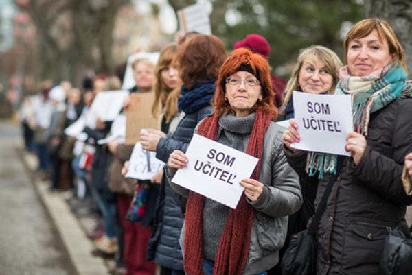 Priemerný plat učiteľa na Slovensku dosahuje len 60 percent v porovnaní s platom vysokoškolsky vzdelaného človeka.