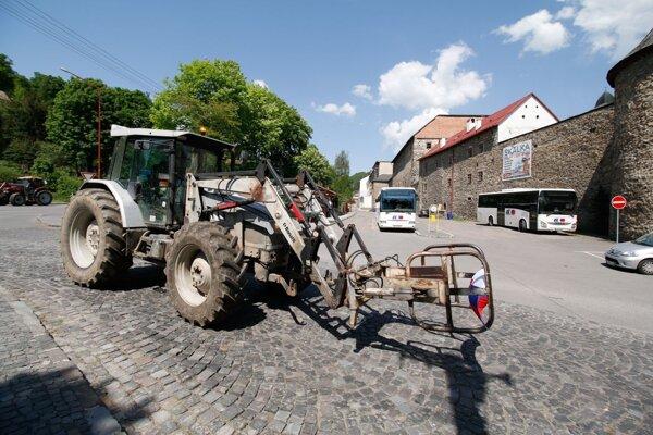Poľnohospodárske stroje v uliciach historickej Kremnice.