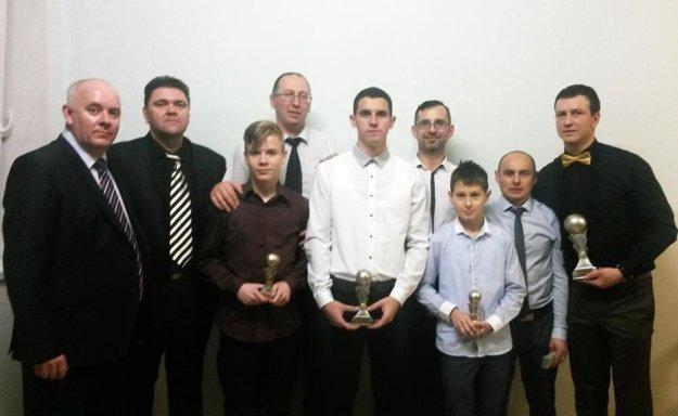 Ocenení hráči roka OFK Lapáš spolu s mládežníckymi trénermi a mecenášom Martinom Ševčíkom. Vľavo predseda ObFZ Štefan Korman.