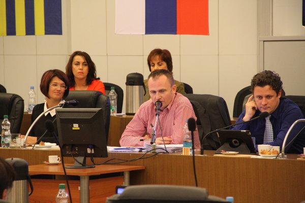 Peter Paška (v strede) používa mestskú kartu na pracovné obedy s predstaviteľmi štátnej a verejnej správy alebo zástupcami podnikateľského prostredia.
