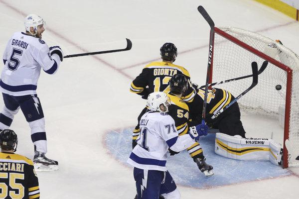 Hokejisti Bostonu prehrali s Tampou Bay po predĺžení.